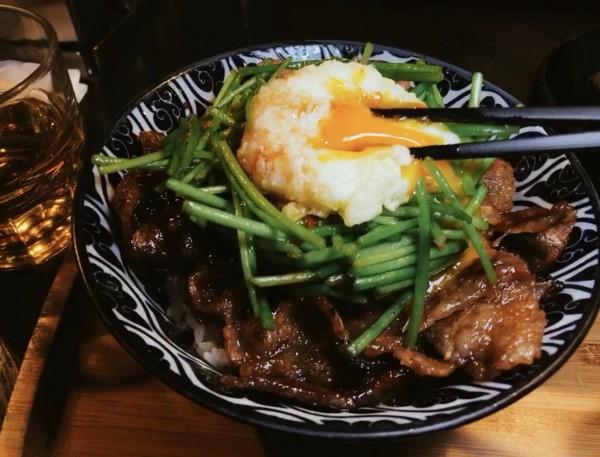 有著「地表最強燒肉丼」稱號的開丼,在這次網路聲浪排行調查中勇奪第一。(圖片來源:開丼)