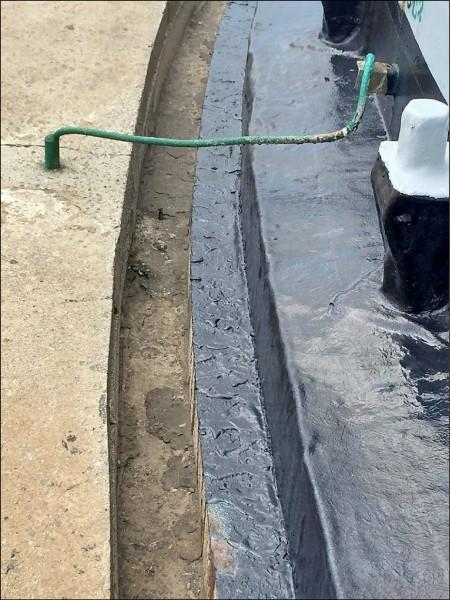 中油湖西油庫漏油一直找不到原因,直至今年2月才確定為底盤鏽蝕破裂。 (澎湖縣環保局提供)