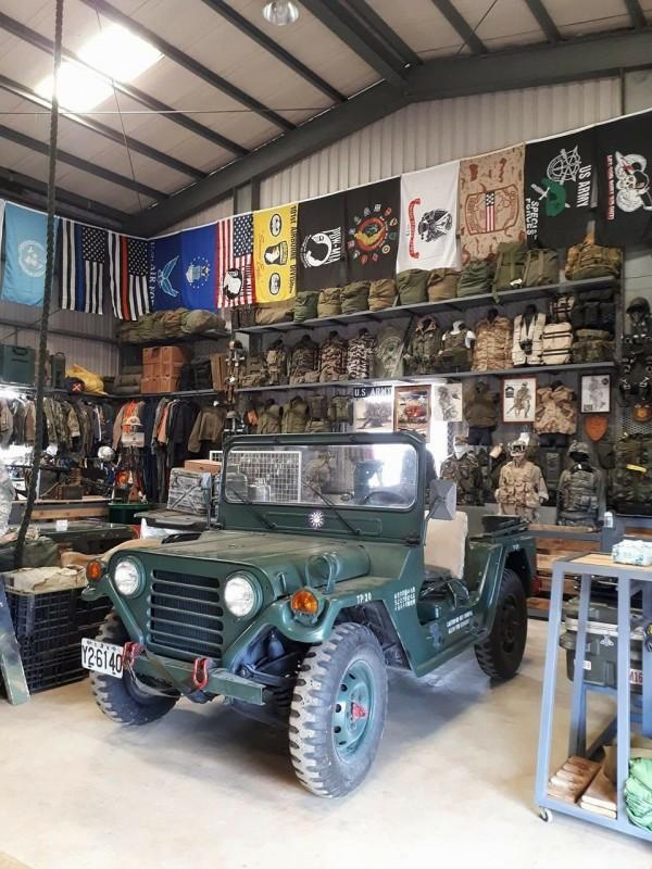 退休老師莊維明收藏有1部骨董軍用吉普車,表示願助小男童圓夢。(圖由莊維明提供)
