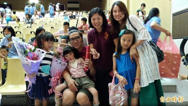 慢飛小天使在父母親董淵翔,程珮琪陪同下開心畢業,迎向新旅程。(記者廖淑玲攝)