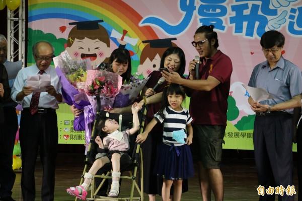 畢業生家長董淵翔、程珮琪代替女兒感性唱出「我的老師不是老師,是我媽媽」的歌曲,感動全場。(記者廖淑玲攝)