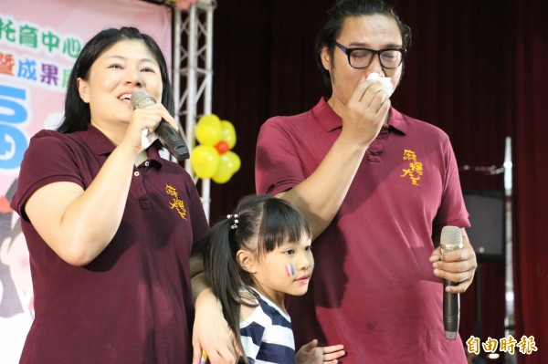畢業生家長董淵翔、程珮琪感性唱出「我的老師不是老師,是我媽媽」的歌曲,董爸爸甚至激動落淚。(記者廖淑玲攝)