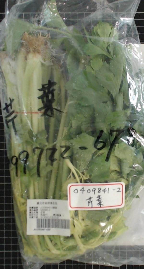 北農一市場「芹菜」,檢出殺菌劑達滅芬超標58倍、殺草劑殺丹超標37倍。(衛生局提供)