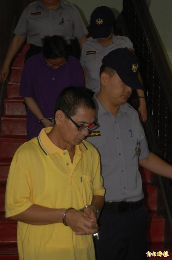 菲籍竊盜集團成員ALFELOR(男)、MARTINES(女)庭後還押,均不願面對鏡頭。(記者楊國文攝)