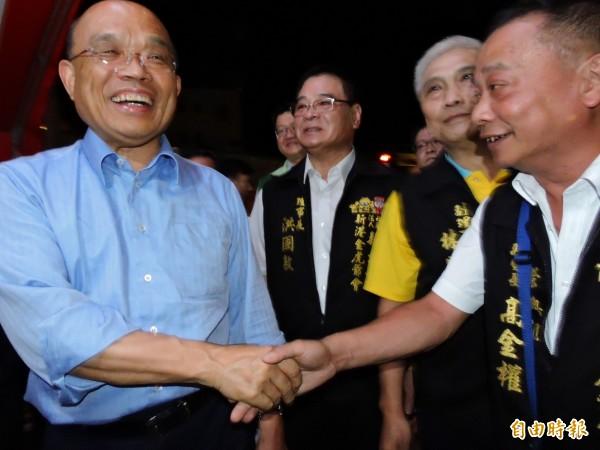 民進黨新北市長參選人蘇貞昌昨天晚間出席新港奉天宮餐會,希望爭取民眾支持,讓新北更新、更好。(記者賴筱桐攝)