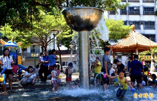桃園區民族公園在桃園地區水情轉好後搶先開放戲水,戲水區內小朋友玩水玩的樂不思蜀。(記者李容萍攝)