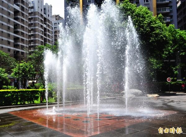 中壢區六和兒童公園18日進行試水後,19日起開放民眾戲水。(記者李容萍攝)