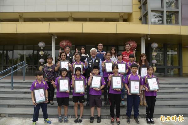 興華國小11位學童製作拍攝「糖果工廠的秘密」拿下韓國釜山國際兒童暨青少年影展15歲組首獎及觀眾獎。(記者林國賢攝)