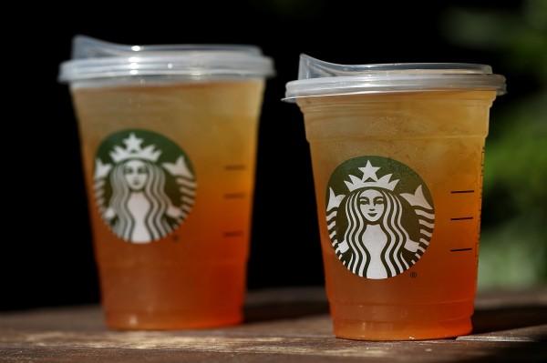 全球咖啡龍頭星巴克日前表示,他們將在2020年前,停止使用全球分店的塑膠吸管,改用可回收的塑膠對口杯蓋。(法新社)