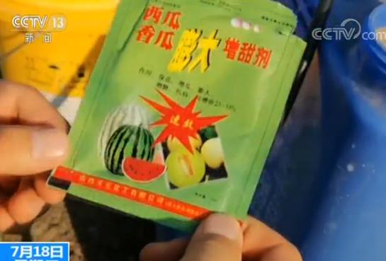 中媒指出,瓜農用的增甜劑是一種水溶性葉面肥,在蘭西縣的肥料市場隨處可見。(圖取自中國新聞網)