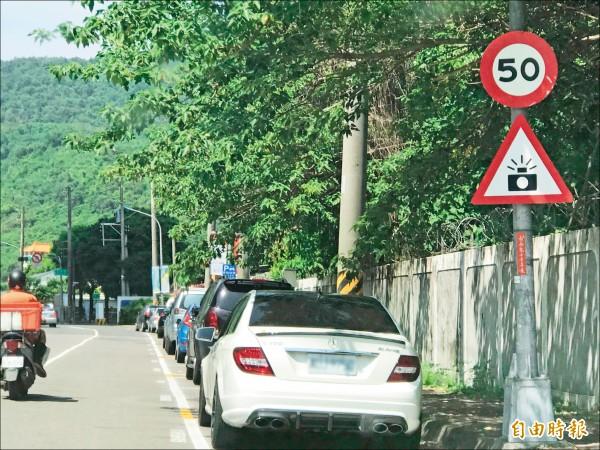 違規騎士向交通大隊陳情,指速限50公里牌和照相測速警示牌曾被樹葉遮住,才讓他未注意而持續違規遭罰44次。 (記者黃良傑攝)
