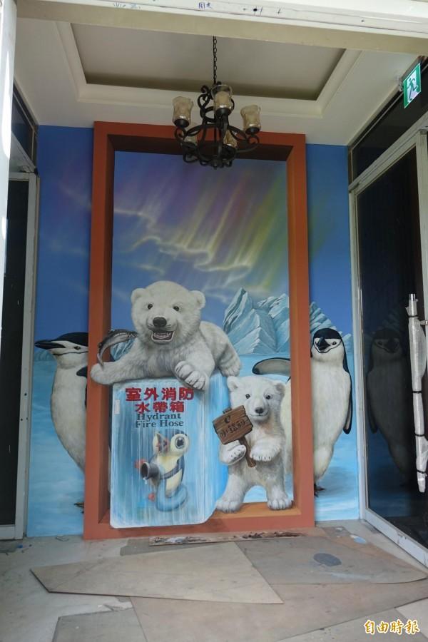 有夠酷!小企鵝拿水帶,北極熊創意彩繪消防栓超吸睛。(記者劉曉欣攝)