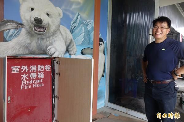 水銡利廚衛生活村董事長黃炎修,對於用彩繪改造消防栓的玄關入口,非常滿意。(記者劉曉欣攝)