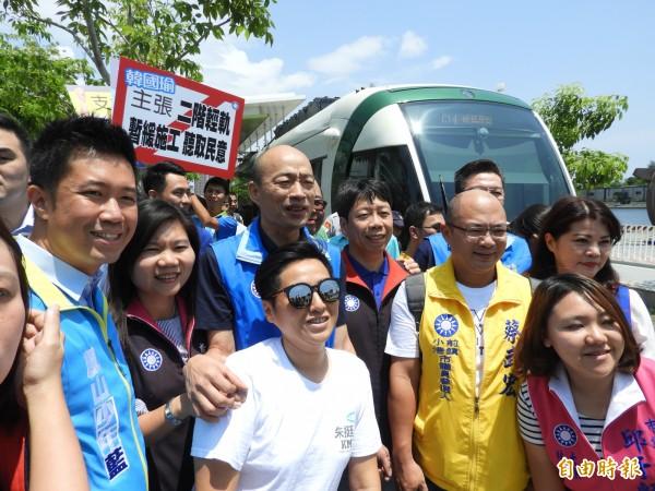 韓國瑜(中)率國民黨市議員參選人搭輕軌。(記者葛祐豪攝)