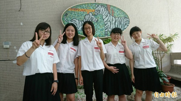 雄女(左起)范瑀文、蔡安妮、曾亭瑄、王玟綺及陳宥蓁,指考表現亮眼。(記者黃旭磊攝)