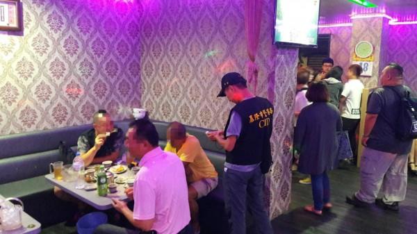 基隆警方與市府人員暑假期間不定期抽查特定店家。(記者吳昇儒翻攝)