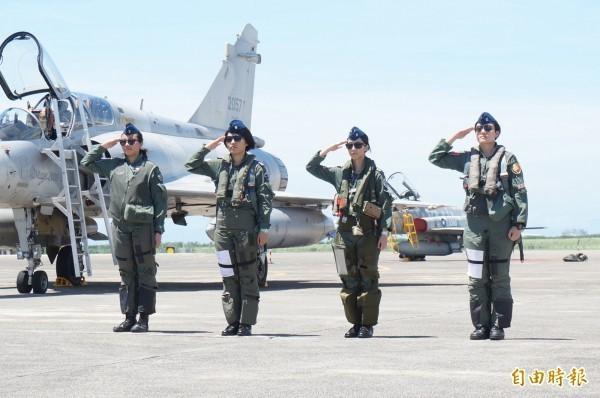 空軍昨日在台東基地介紹主力戰機首批女性飛行員,圖右起為F-16上尉飛行官蔣惠宇、幻象2000上尉飛行官蔣青樺、IDF上尉飛行官范宜鈴與F-5中尉飛行官郭馨儀。(資料照)