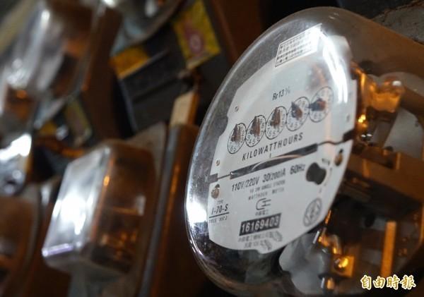 曾女第一次租屋,因看錯電錶、算錯電費,一年多繳了5萬多元的電費。示意圖。(資料照)
