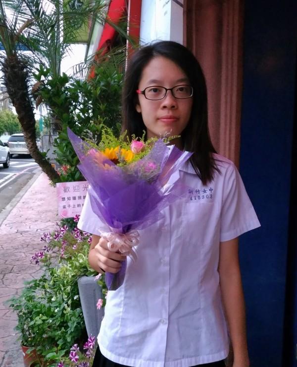 新竹女中學生林景贊大學指考第一類組考出518.8分,是新竹地區榜首,她將以台大法律系為第一志願。(照片由學校提供)