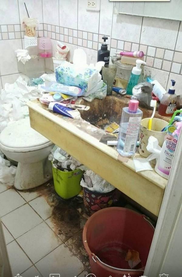 今日有網友分享一間髒亂的女生家廁所,讓網友們驚嚇程度爆表。(圖擷取自爆廢公社2館)