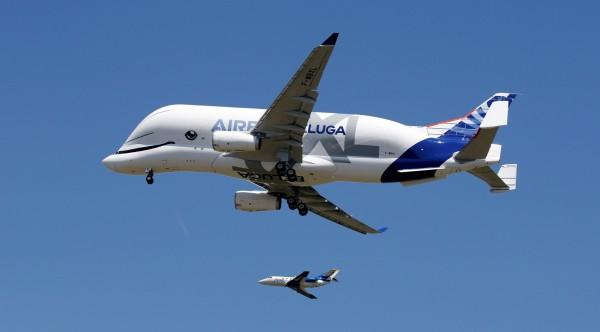 「超級大白鯨」是現存最大的飛機之一,與一旁的法國達索獵鷹公務機相差數倍。(路透)