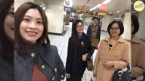 近期「我的媽媽是外籍幫傭」的影片爆紅,越南籍新住民(左一)感謝媽媽(右一)的無私奉獻,暖哭許多網友。(圖擷取自影片/已獲得授權使用)