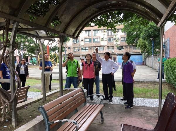 建設局長黃玉霖(右2)會勘 大里區6座鄰里公園,決定改善為長青共融遊戲場及城市光廊造景。(台中市建設局提供)