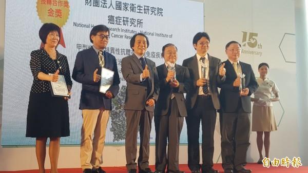 台北副市長林欽榮(左三)頒獎給台北生技獎獲獎者。(記者楊心慧攝)