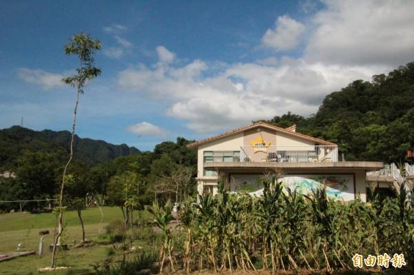 華光社福基金會「磊質複合式庇護工坊」所經營的「桐花芽餐廳」,從食材的栽種到裡面服務、經營,都訓練由華光院生負責。(記者黃美珠攝)