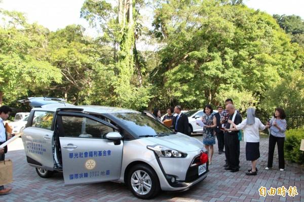 華光社福基金會董事長白正龍(右三)今天下午替磊質庇護工坊獲國際扶輪所贈的新車祝聖。(記者黃美珠攝)