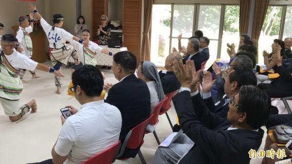 華光院生的舞蹈獲遠從日本來的扶輪社社員們高舉雙手鼓掌喝彩。(記者黃美珠攝)