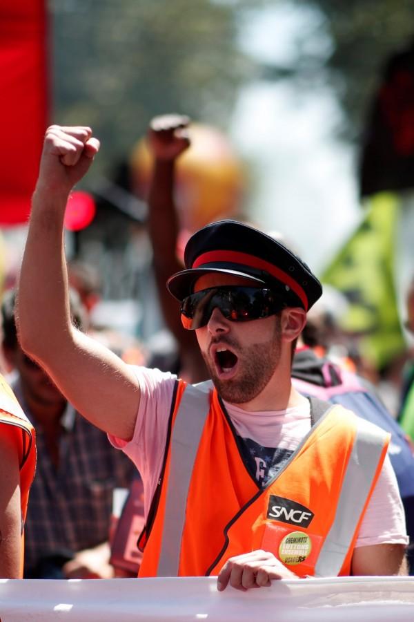 馬克宏提出的改革計畫是在2023年前,裁掉10萬名國鐵員工,並開放競爭、取消國鐵員工特權等,法國國鐵員工為此於4月開始展開每5天罷工2天的滾動式罷工。(路透)