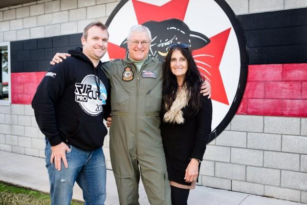 澳洲66歲的阿公弗勞利(Phillip Frawley,中),是全球最老的戰鬥機飛行員,最近終於退休了。(圖擷自Royal Australian Air Force臉書)