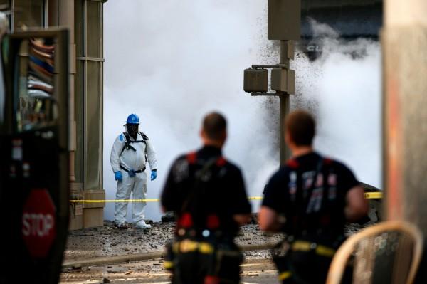 當局緊急疏散28棟建築物,爆炸事件導致5人受傷。(路透)