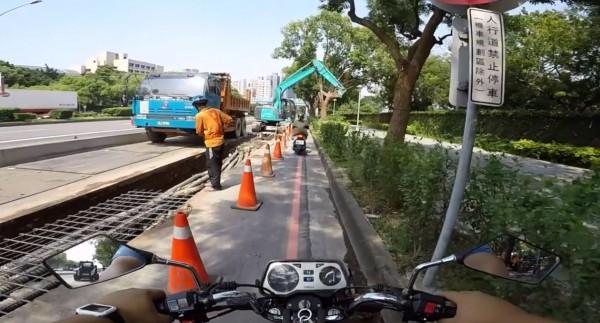 有民眾在臉書上貼出影片,台灣大道四段慢車道正在進行工程,因此將施工路段大幅封閉,讓所有機車騎士去騎水溝蓋,沿途還必須閃躲運行中的怪手,網友直呼「直線7秒障礙賽」。(圖擷取自爆料公社)