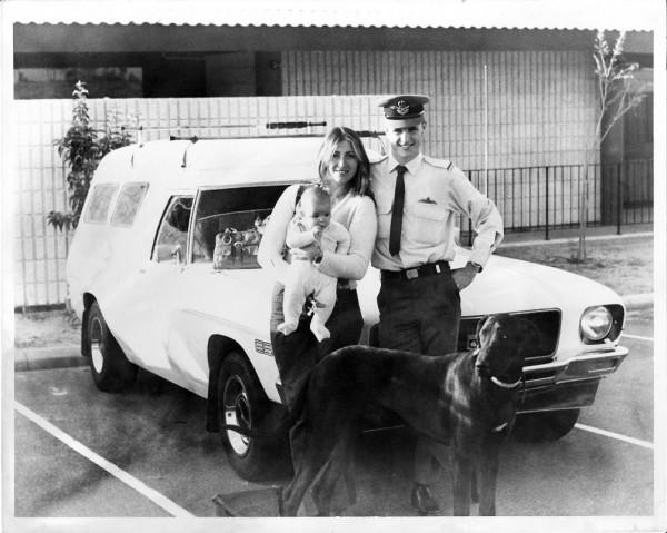 年輕的弗勞利完成飛官訓練後,和家人一起合照。(圖擷自Royal Australian Air Force臉書)