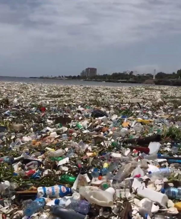 對地球造成莫大負擔,台灣前友邦多明尼加共和國,在本月17日被民眾在首都聖多明哥(Santo Domingo)捕捉到驚人垃圾海的景象,誇張畫面讓網友全都傻眼。(圖擷取自影片)