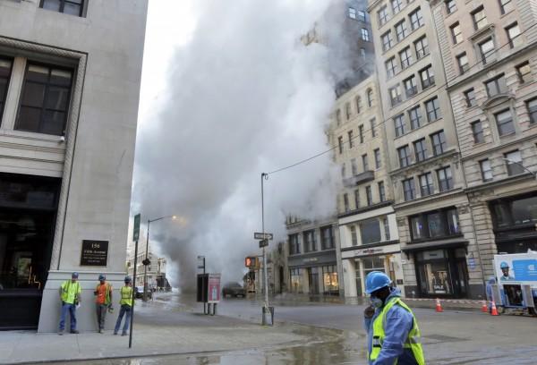 曼哈頓第五大道的地下老舊蒸氣管爆炸,當局擔憂爆炸物含有致癌物質石綿。(美聯社)