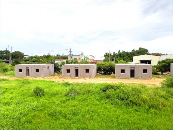 本報於6月24日報導航空城違建搶錢,當時只有3棟組合屋。(市府提供)