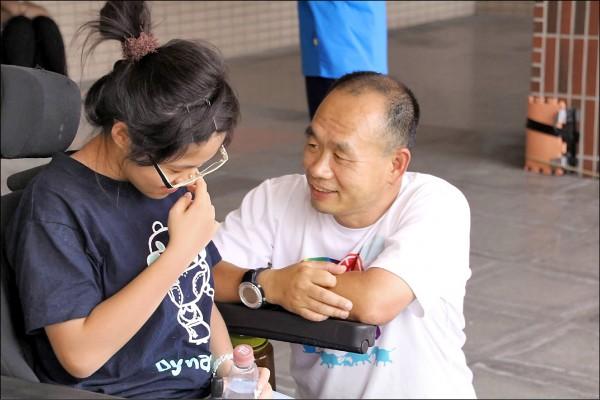 今年全國師鐸獎得主台師大教授謝智謀(右),藉由冒險教育和冒險治療讓孩子建立自信。(取自謝智謀臉書)