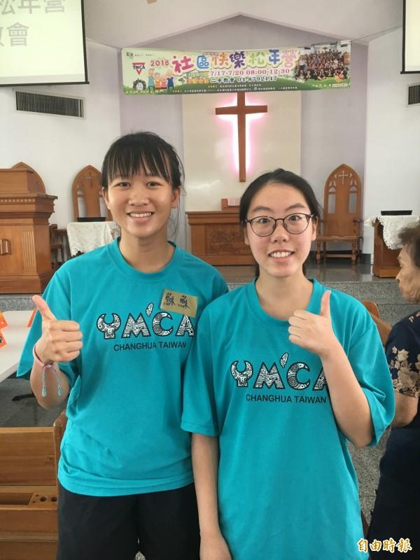 港女大生蘇雅妍(左)、陳家儀來台當老人服務志工,體會濃濃人情味。(記者顏宏駿攝)