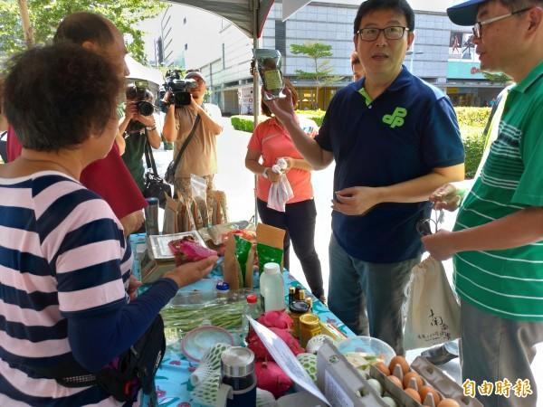 民進黨台北市長參選人姚文智(右二)今天前往士林區走訪有機小農市集。(記者蔡亞樺攝)