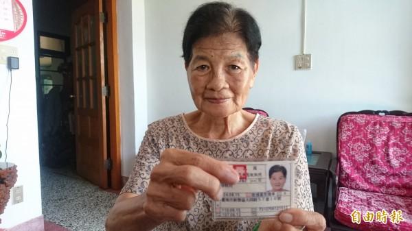 徐秋月展示她的普通重型機車新駕照。(記者楊金城攝)