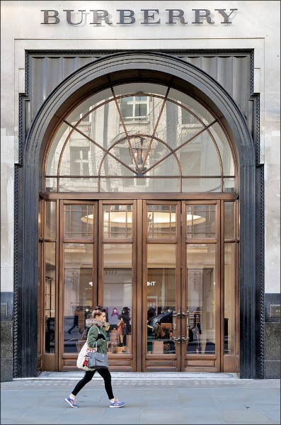 以風衣與格紋聞名的英國精品品牌Burberry去年一年銷毀價值超過十一億台幣的商品,只為防止仿冒與不願商品流入折扣市場。圖為Burberry位於英國倫敦市中心攝政街的店面。  (歐新社)