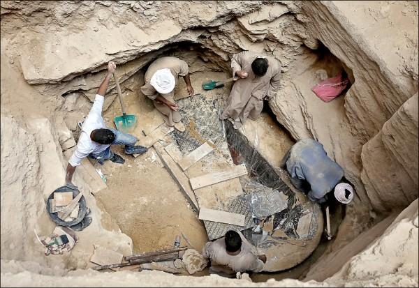 埃及考古學家及工人在亞歷山卓市一處工地出土一副石棺,十九日經開棺檢驗發現裡面並無亞歷山大大帝的骨骸。(路透)