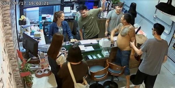 台中逢甲一位「大肚伯」因為手機螢幕出問題,認定是之前在一家手機店維修不善所致,竟手持球棒前往該店叫囂,嗆聲說「逢甲我管的」,不但在店內撒野,還出手攻擊店員。(圖擷取自爆料公社)