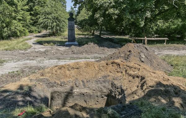波蘭一處公園在翻修工程時,發現8萬塊人骨。(美聯社)