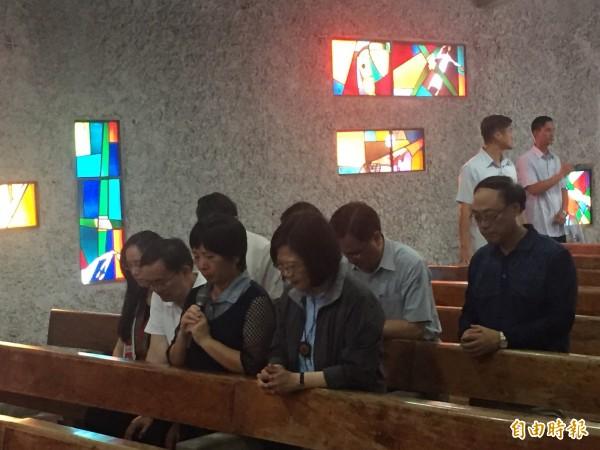 蔡英文在公東教堂感受莊嚴神聖。(記者張存薇攝)