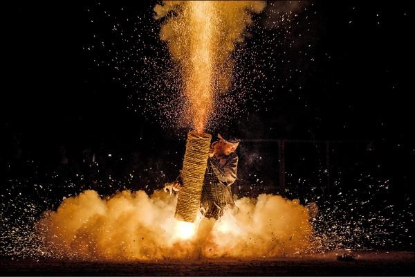 日本愛知縣豐橋市夏日祭典「豐橋祇園祭」二十日起一連舉行三天,在吉田神社進行著名的「手筒花火」敬神儀式上,參與祭典的男子手持手工製作的大型竹筒施放焰火,火花照亮夜空,十分壯觀。根據神社文獻,這項意在祈求消災解厄的傳統儀式,至今已有超過三百五十年歷史。(法新社)