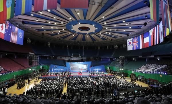由於1953年僅簽署停戰協定,故目前在法律上,韓戰戰爭狀態仍未結束。圖為6月25日在首爾一座體育館舉行紀念韓戰68週年的儀式,懸掛著聯合國和當年派兵援助南韓的國家國旗。(歐新社檔案照)